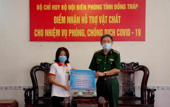 03-4-2020-dai-dien-dai-tieng-noi-nhan-dan-tp-ho-chi-minh-trao-bang-tuong-trung-ho-tro-vat-chat-cho-bdbp-dong-thap-anh-phu-quy