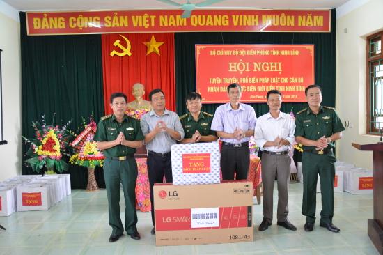 08z3ewgkcf-53046_189323976368491954_i_t_Mai_Vn_Hi_Chnh_y_BBP_Ninh_Bnh_tng_qu_cho_x_Kim_Trung
