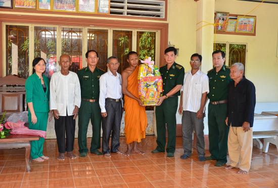 5y340e9tn7-53550_12641796082120666677_Tang_qua_chua_Khmer