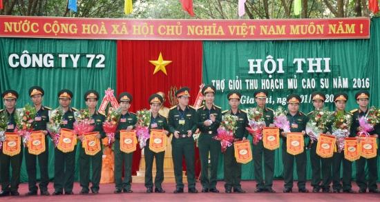 7g2fs6xte8-55030_1767612918968160801_Lanh_dao_cong_ty_72_tang_co_luu_niem_cho_cac_doi_ve_du_thi...