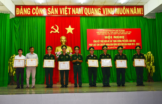 80vyftgx3h-53584_15263771791022104610_anh_2._Khen_thuong_tap_the_ca_nha