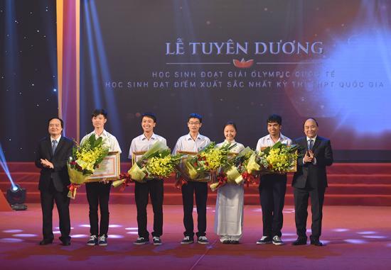8q3vrzpiwa-56374_E47579BF40C52149B0BFCD38FD9302C0@chinhphu.vn_Thu_tuong_trao_tang_bang_khen_cho_cac_hoc_sinh_dat_huy_chuong_vang_Olympic_quoc_te_2016