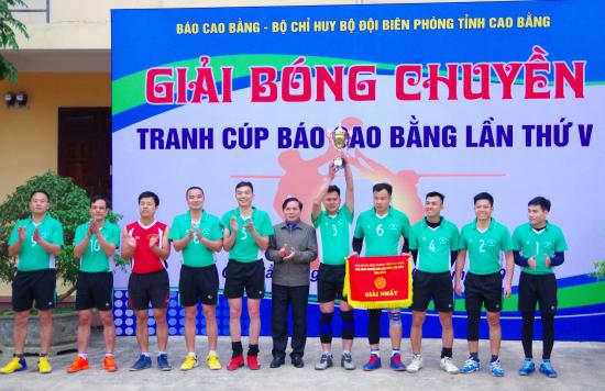8yjs_dai-dien-lanh-dao-bao-cao-bang-trao-cup-va-co-cho-doi-doat-giai-nhat