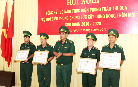 anh-3-cac-tap-the-ca-nhan-duoc-khen-thuong-tai-hoi-nghi