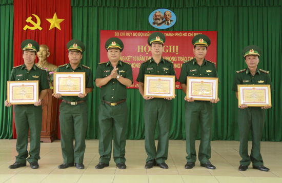 anh-3-trao-thuong-tap-the