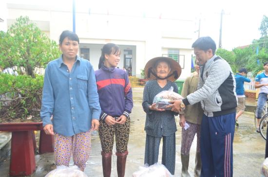 gqn5hf1zu6-55253_2050081231346877457_on_thin_nguyn_sng_yu_thng_tnh_Khnh_Ha_tng_qu_cho_b_con_vng_l_huyn_Tuy_An