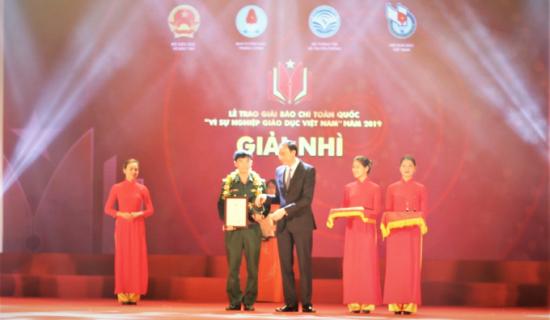 nha-bao-nguyen-viet-lam-nhan-giai-nhi-giai-bao-chi-toan-quoc-vi-su-nghiep-giao-duc-viet-nam-2019-1-0930