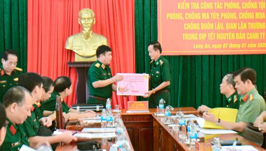 nhan-dip-xuan-canh-ty-nam-2020-thuong-tuong-tang-qua-chuc-mung-den-cbcs-bdbp-tinh-lon-an