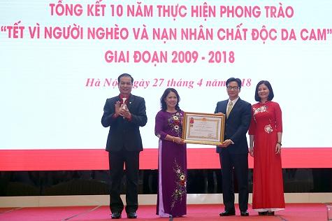 pho-thu-tuong-trao-tang-huan-chuong-lao-dong-hang-ba-cho-trung-uong-hoi-chu-thap-do-viet-nam