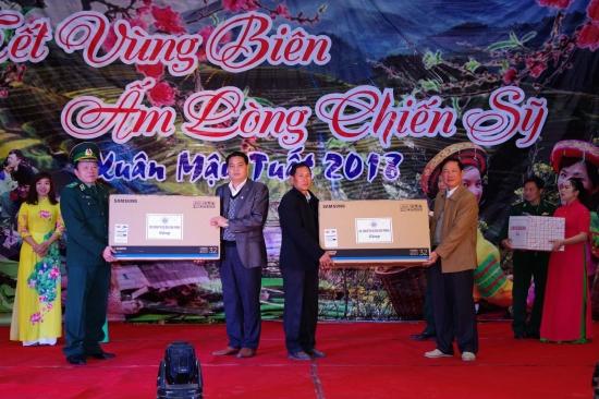 q3nkij1t6p-72140_76894471675643058_Thiu_tng_L_Nh_c_Ph_Ch_nhim_Chnh_tr_BBP_v_c_inh_Tin_Phong_Ch_tch_Hi_Cu_chin_binh_tnh_tng_qu_cho_lc_lng_bo_v_bin_gii_nc_bn_Lo