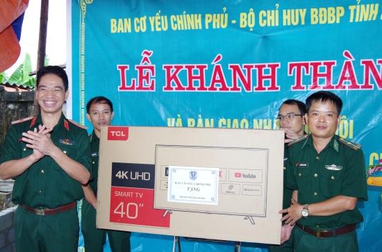 thieu-tuong-le-xuan-truong-pho-truong-ban-co-yeu-chinh-phu-trao-qua-cho-gia-dinh-dong-chi-cuong-nhan-le-khanh-thanh-ban-giao-nha