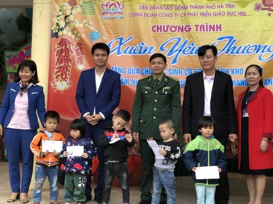 trao-5-suat-qua-dac-biet-tri-gia-3-trieu-dong-cho-cac-hoc-sinh-ngheo-truong-man-non-cam-nhuong