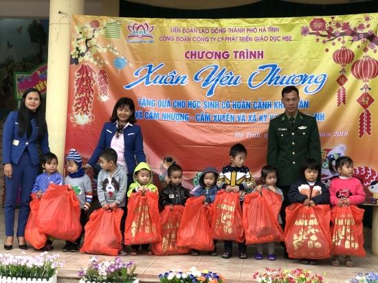 trao-50-suat-qua-cho-truong-man-non-cam-nhuong