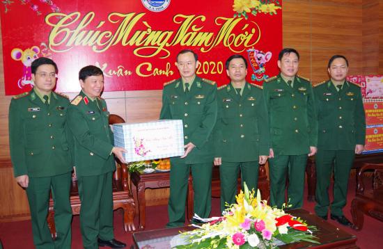 trung-tuong-le-hien-van-tang-qua-cho-bo-chi-huy-bdbp-thanh-hoa