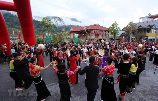 ttxvn-lai-chau-le-hoi-nem-con-ba-nuoc-viet-lao-trung-lan-thu-vi-154509200-4342014