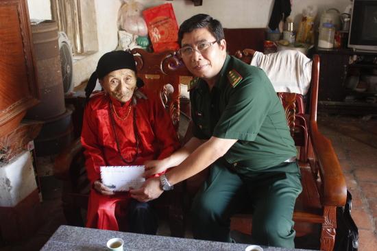uhb12g5cls-51174_492344045757823647_ai_ta_Giang_Dinh_Khoi_Pho_Chinh_uy_NT_tang_qua_cho_gia_dinh_chinh_sach_tren_dia_ban