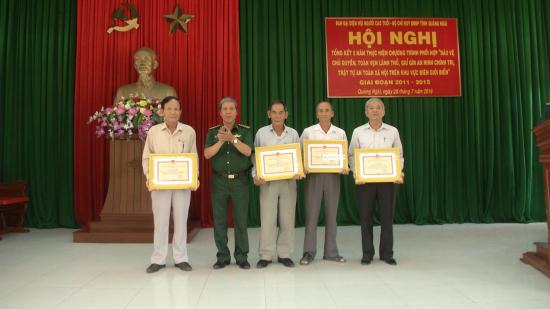 xyfjqstdh2-51319_382139710899847257_BBP_Qung_Ngi_khen_thng_cho_ngi_cao_tui_c_thnh_tch_xut_sc_trong_thc_hin_chng_trnh_phi_hp._nh_Vn_Tnh