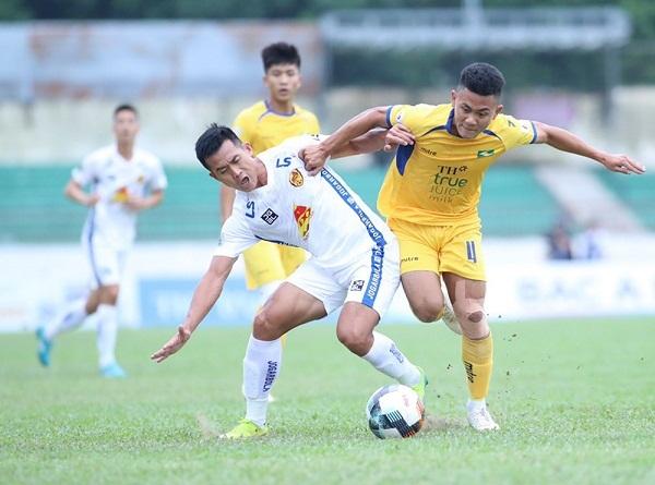 Tuyển Anh lên ngôi đầu bảng, Quảng Nam thay tướng sau trận thua đậm