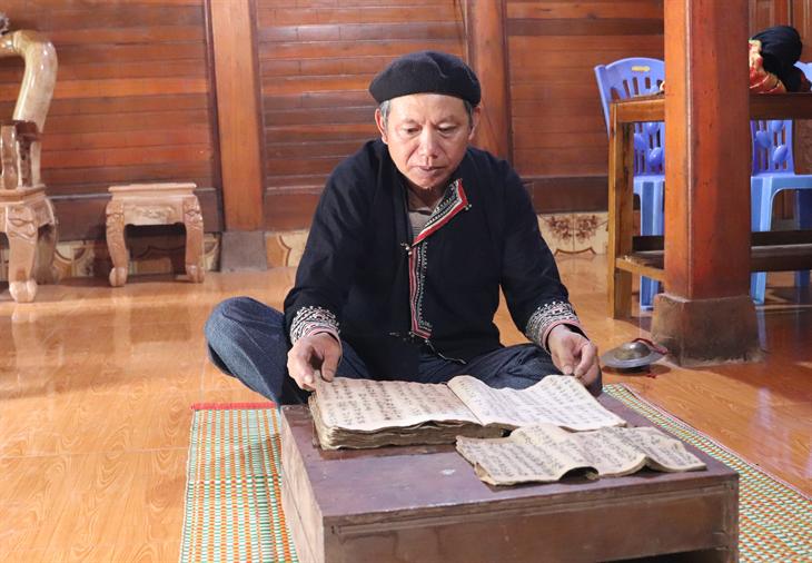 Bí thư chi bộ bản gìn giữsách cổ của người Dao