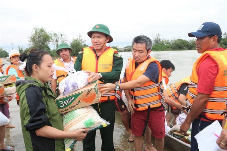 Tặng quà cứu trợ cho người dân vùng lũ Quảng Trị