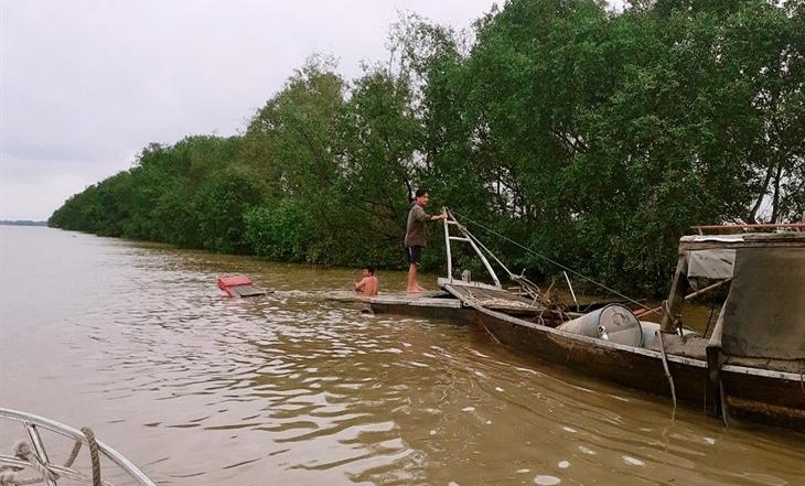 Kịp thời cứu sống 2 người dân bị nạn trên sông Soài Rạp