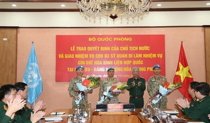 Trao quyết định của Chủ tịch nước cho 3 sĩ quan lên đường thực hiện nhiệm vụ Gìn giữ hòa bình Liên hợp quốc