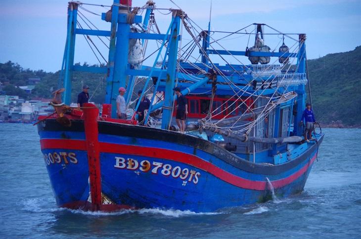 BĐBP Bình Định tiếp nhận 2 ngư dân gặp nạn trên biển