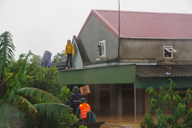 Tập trung cứu trợ người dân vùng lũ và ứng phó bão số 8