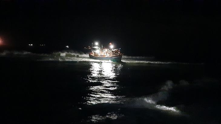 Cứu nạn 9 ngư dân trên tàu cá mắc cạn tại vùng biển Lý Sơn khi di chuyển tránh bão số 8