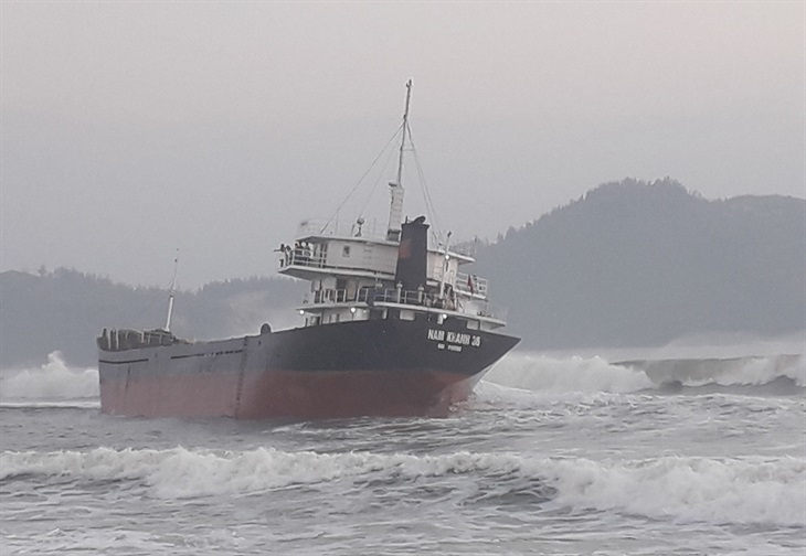 Kịp thời cứu các thuyền viên trên tàu hàng Nam Khánh bị mắc cạn