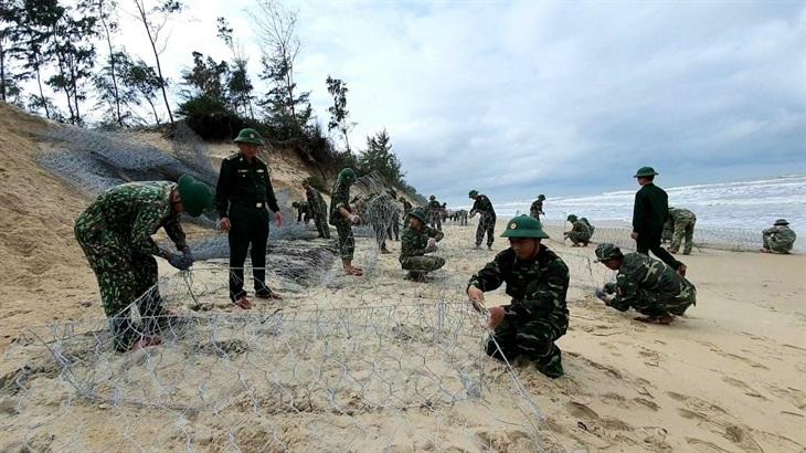 BĐBP Thừa Thiên Huế giúp dân chống sạt lở bờ biển Giang Hải