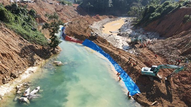 Hoàn thành công tác ngăn sông Rào Trăng để tìm kiếm 12 công nhân mất tích
