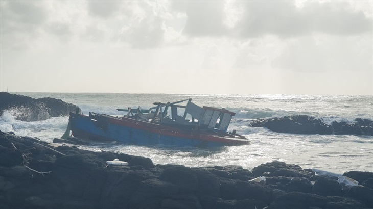 Cứu nạn thành công 3 ngư dân bị chìm tàu trong đêm