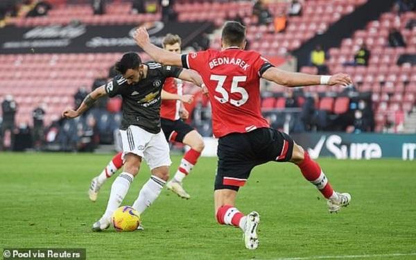 Man United ngược dòng kinh điển, Arsenal khởi đầu tệ hại