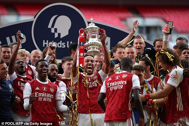 Leicester City gây sốc, Arsenal gặp khó