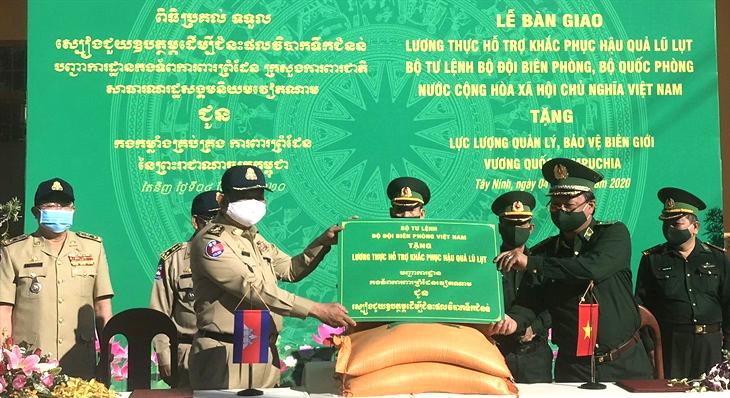 Bộ Tư lệnh BĐBP tặng 100 tấn gạo cho lực lượng quản lý, bảo vệ biên giới Campuchia