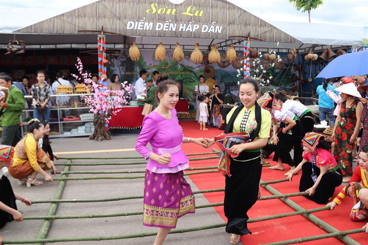 Vẻ đẹp trang phục truyền thống của phụ nữ các dân tộc thiểu số