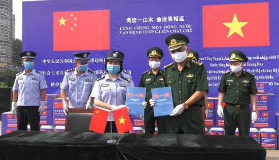 Trao tặng thiết bị vật tư y tế phòng dịch Covid-19 cho BĐBP Lào Cai