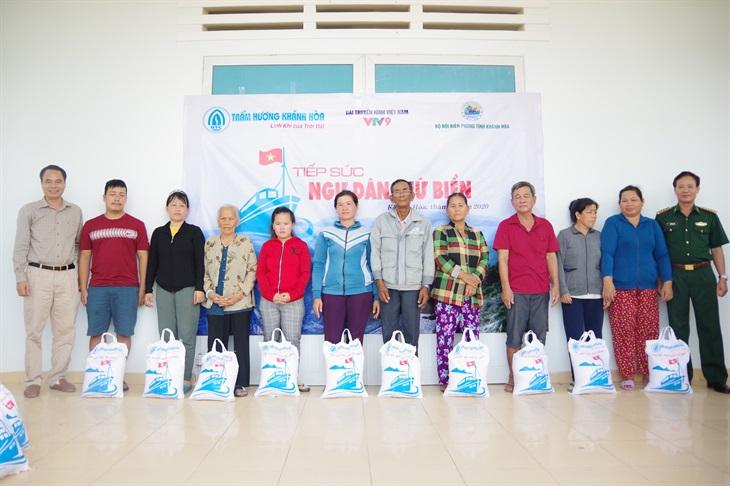 Tặng 10 tấn gạo cho người dân nghèo biên giới biển tỉnh Khánh Hòa