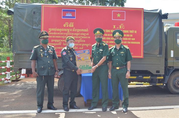 Trao tặng vật chất, trang bị y tế phòng, chống Covid-19 cho lực lượng bảo vệ biên giới Campuchia