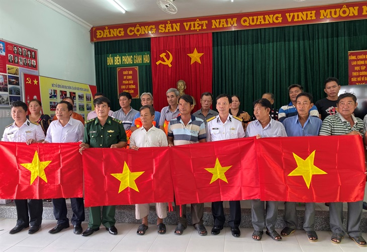 Trao tặng 2.000 lá cờ Tổ quốc cho ngư dân vươn khơi, bám biển