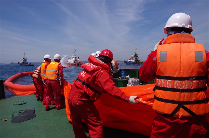 Diễn tập xử lý sự cố tràn hơn 10 tấn dầu thô trên biển