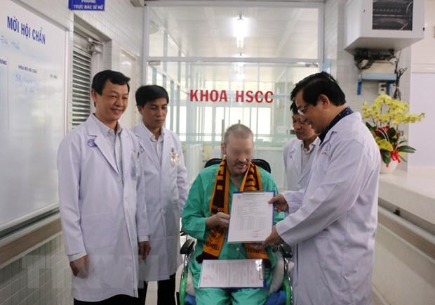 Bệnh nhân 91 xuất viện, trở về Anh sau 115 ngày điều trị COVID-19