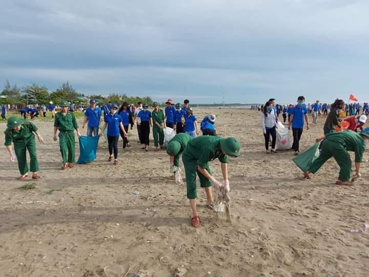Ngày Chủ nhật xanh thu gom hơn 3 tấn rác trên biển Diễn Châu