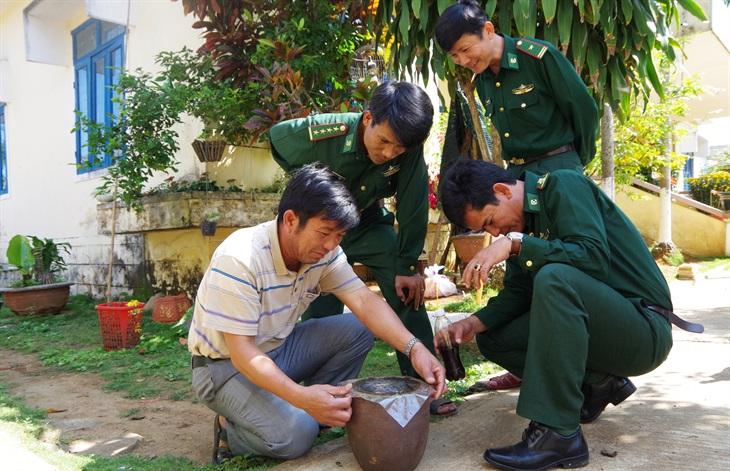 Lính Biên phòngnuôi ong rú lấy mật