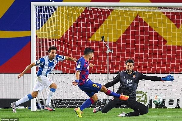 Barca đẩy Espanyol xuống hạng, Liverpool trả giá đắt