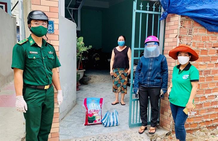 BĐBP Đà Nẵng chia sẻ khó khăn cùng 100 hộ dân nghèo bị ảnh hưởng bởi dịch Covid-19