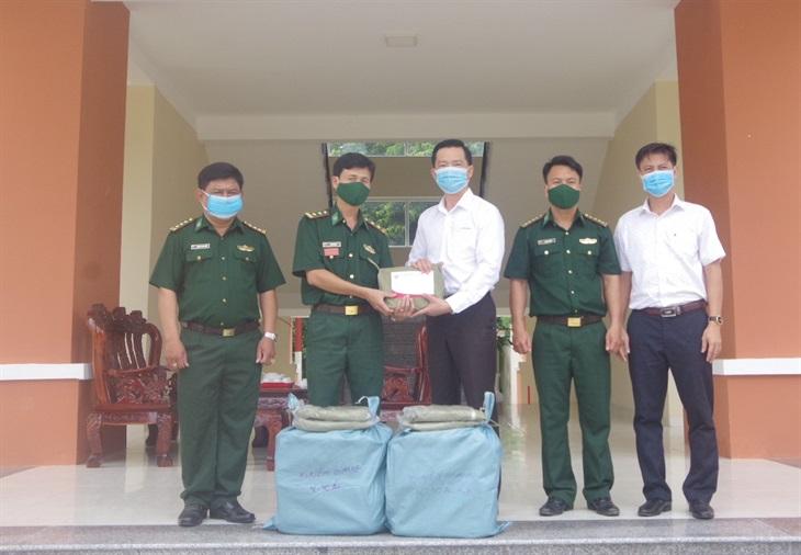 Động viên, tặng quà các tổ, chốt phòng, chống dịch Covid-19 trên biên giới Kiên Giang