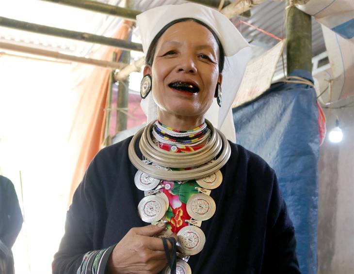 Văn hóa Dao Tiền ẩn chứatrên chiếc túi đựng trầu
