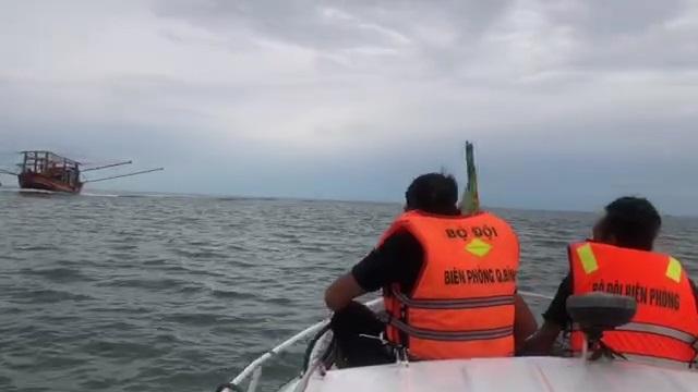 Đồn Biên phòng Nhật Lệ đưa thuyền viên bị nạn vào bờ cấp cứu